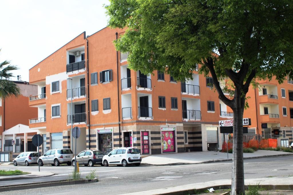 Locale Commerciale Centrale – Quattro VETRINE Fronte Strada
